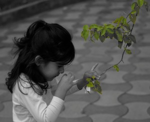 Oliendo flores